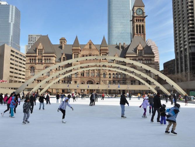 Ice-skaters-park-Toronto